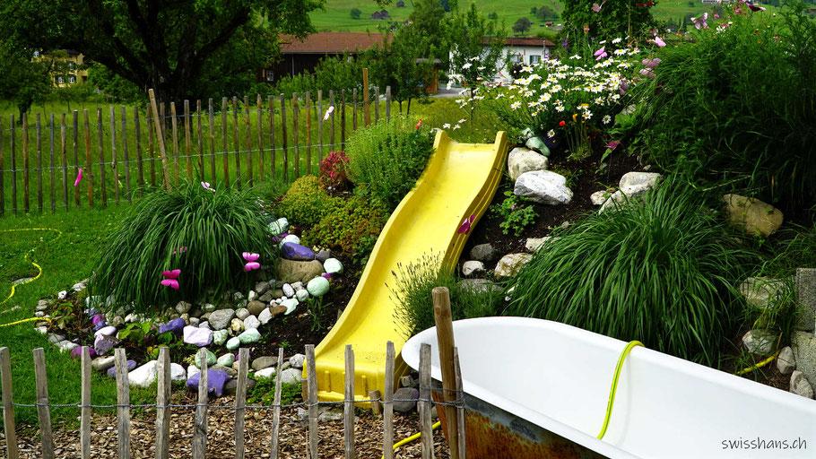 Aussenbereich der Kreativhalle Setzchaschte Grabs mit Badewanne und Rutschbahn