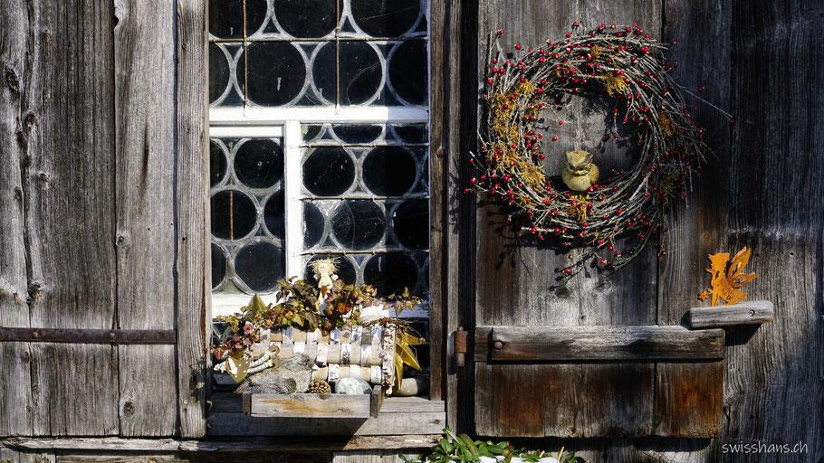 Fenster mit Butzenscheiben und Fensterläden aus Holz