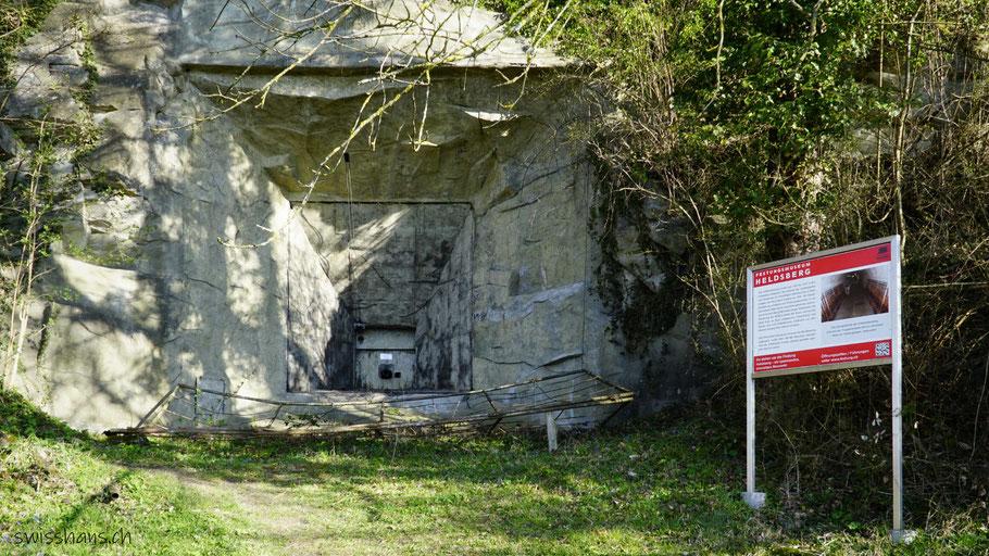 Kanonenscharte des Festungsmuseums Heldsberg bei St. Margrethen mit Infotafel