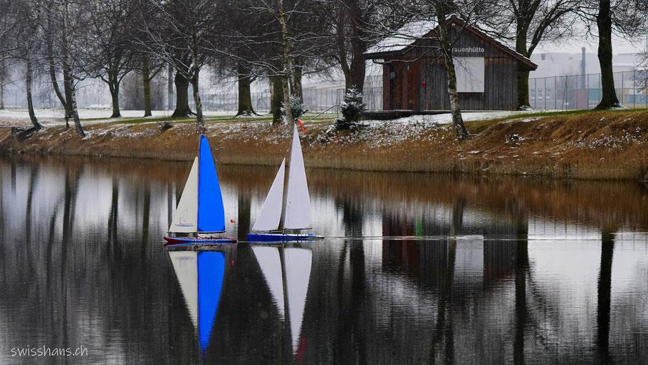 Baggersee  Kriessern mit zwei Modell-Segelschiffen