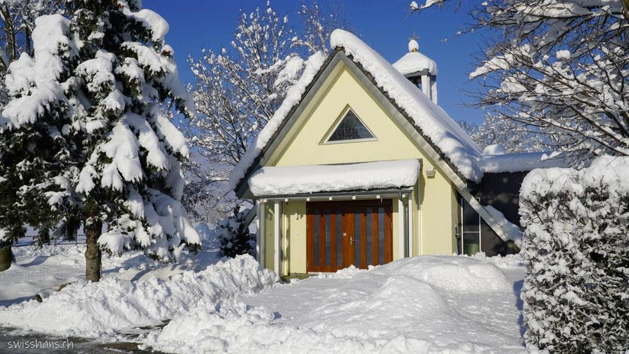 Frontansicht der Kapelle im Riet bei Oberriet im Winter. Geweiht der Maria Knotenlöserin