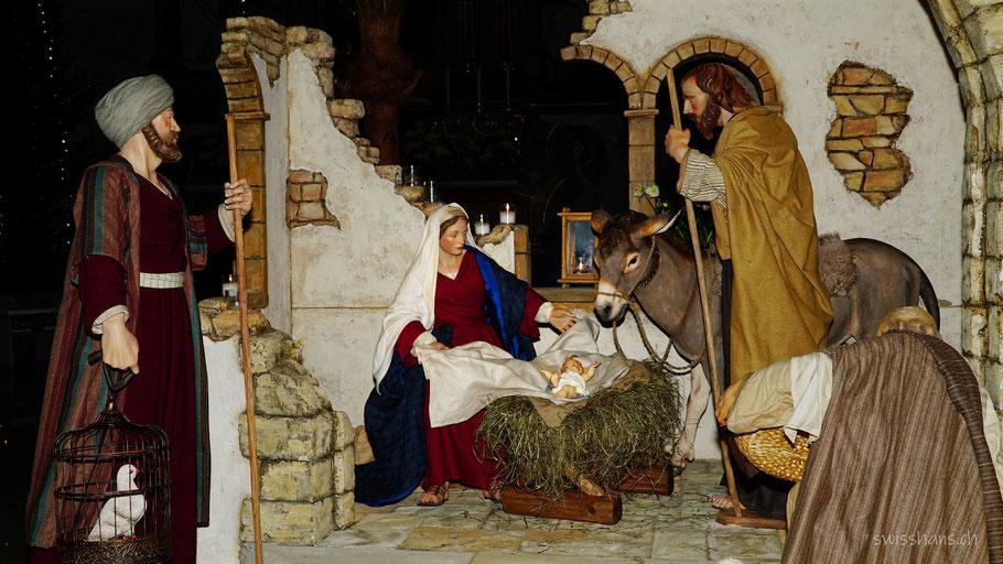 Die Krippenfiguren Jesuskind, Maria, Josef, Hirten und Esel in der Krippe der Kirche St. Jakobus in Widnau