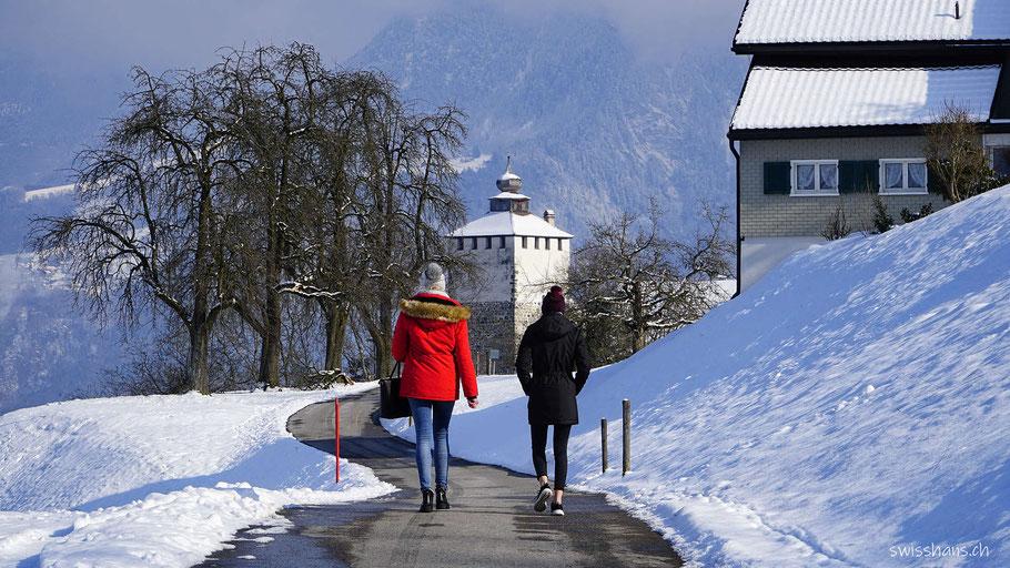 Zwei Frauen auf dem Weg zum Schloss Werdenberg