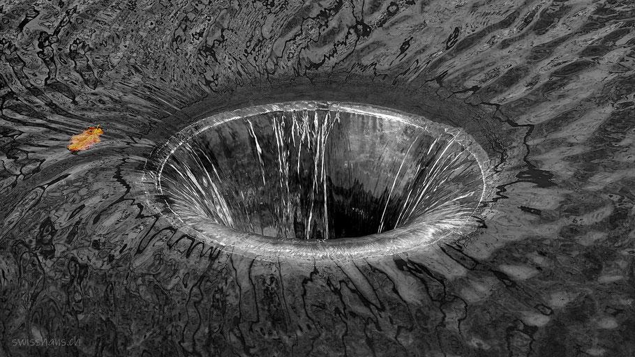 Wasser fliesst in ein Rohr als Überlauf einer Biberburg bei Rebstein