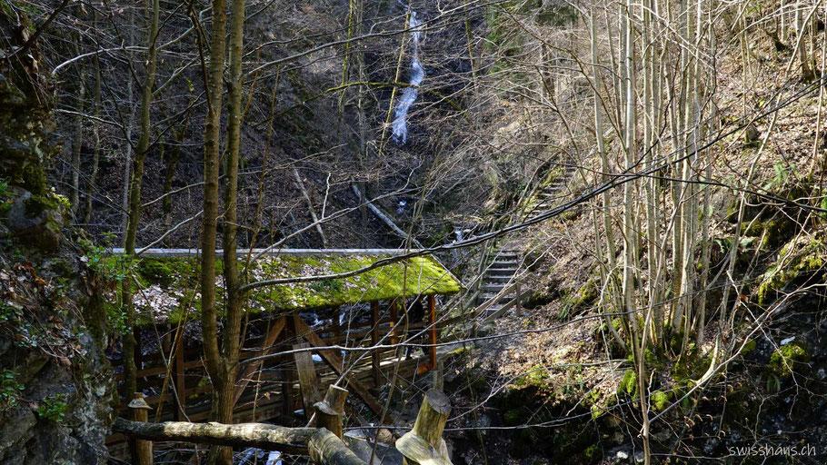 Brücke beim Grossbach-Wasserfall auf dem Pfarrer Künzle-Weg Vilters-Wangs