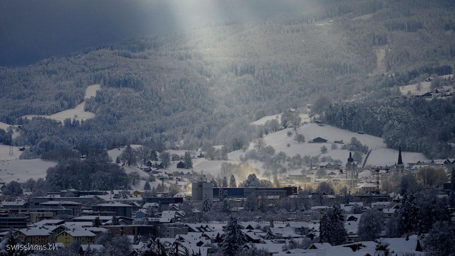 Winterabend in Altstätten. Die Sonne leuchtet auf das Dorfzentrum
