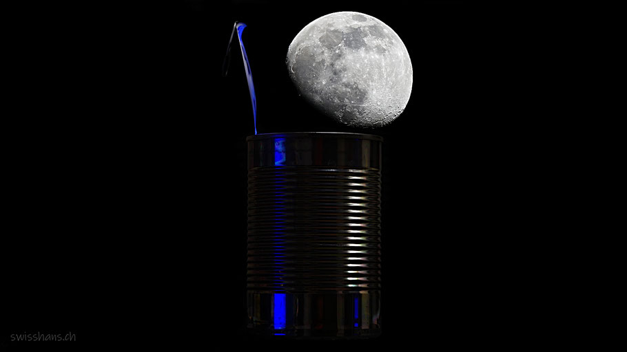 Konservendose mit Mond bei Nacht