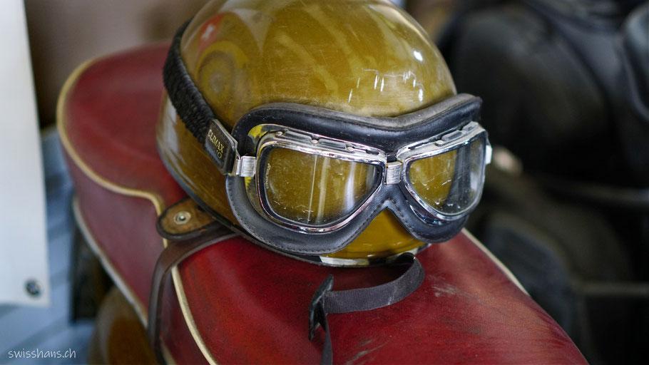Antiker Helm und Motorradbrille im Motorradmuseum Wüst Oberriet.
