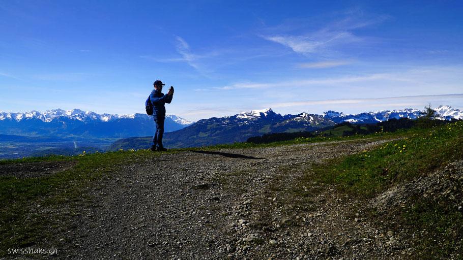 Ein Mann fotografiert das Panorama am Ruppenpass bei der Landmark bei Altstätten