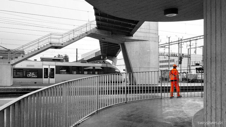 Brücke beim Bahnhof St. Margreten zu Stadler Rail mit Arbeiter in orangem Gewand