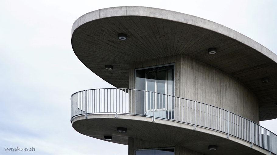 Betonturm mit Lift und geschwungener Rampe zur Stadler Brücke beim Bahnhof St. Margrethen
