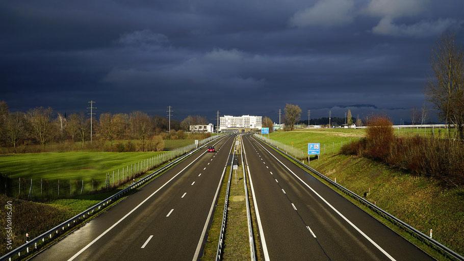 Blick auf die Nationalstrasse 13 bei Kriessern mit dunklen Wolken