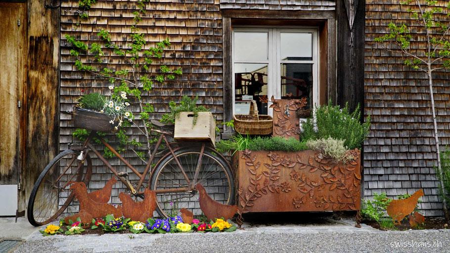 Rostdeko von Gygax Gartenbau Rebstein mit Frühlingsblumen