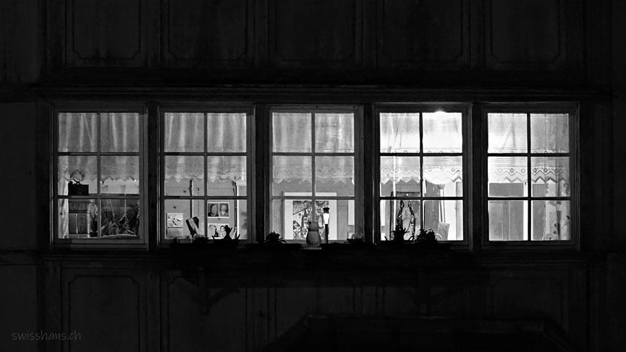 Fensterfront bei einem Bauernhaus in der Nacht bei Balgach.