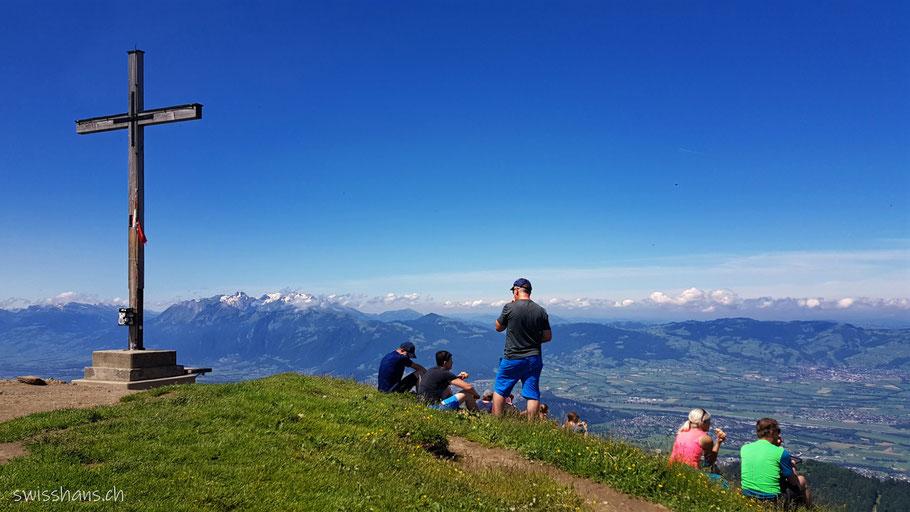Hohe Kugel Gipfelkreuz mit Aussicht auf die Schweizer Berge.