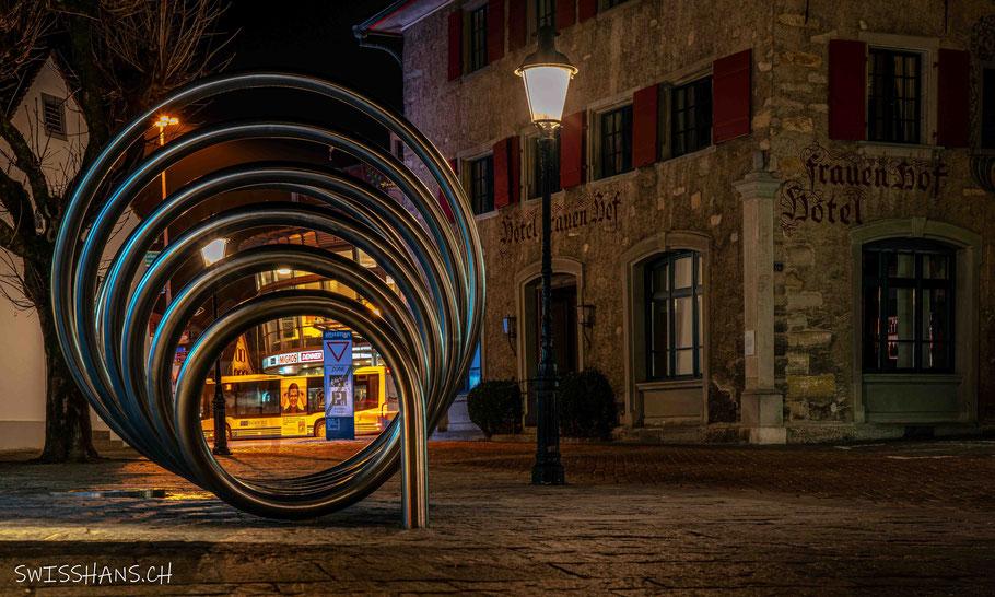 Blick auf das Zentrum von Altstätten mit Kirche in de Abenddämmerung