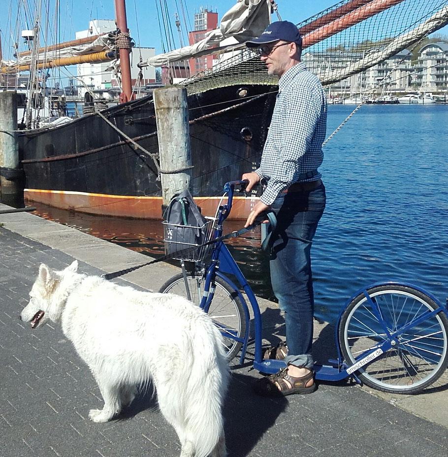 Mit Nukka (weißer Schäferhund) am Hafen in Flensburg