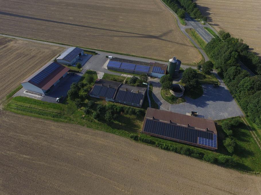 Blick auf den Borchelhof mit seinen Photovoltaikanlagen.