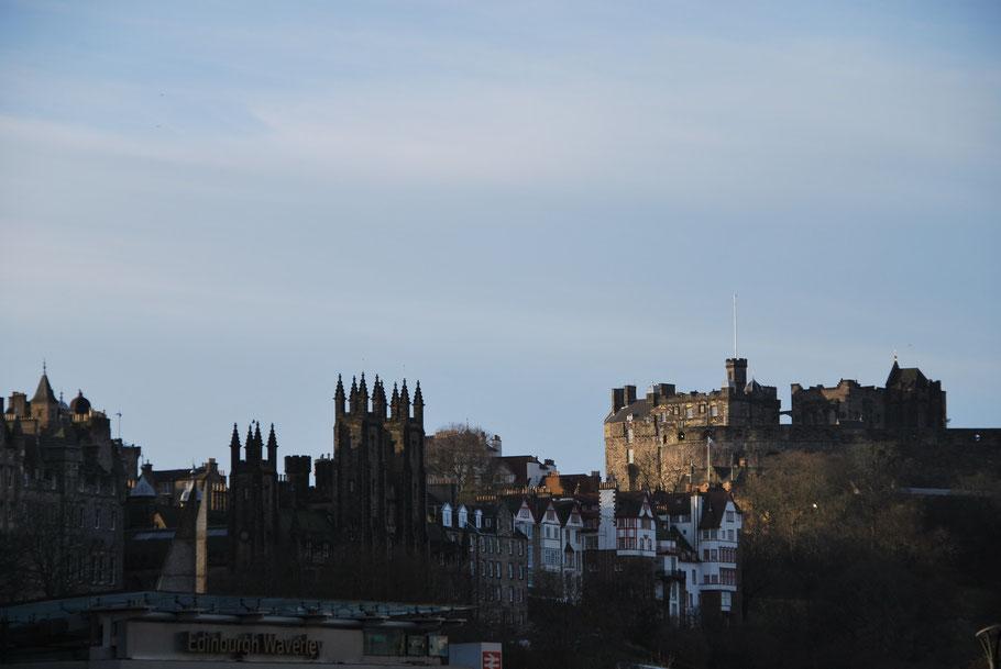 Edinburgh Castle und die alten Stadthäuser aus dem Mittelalter
