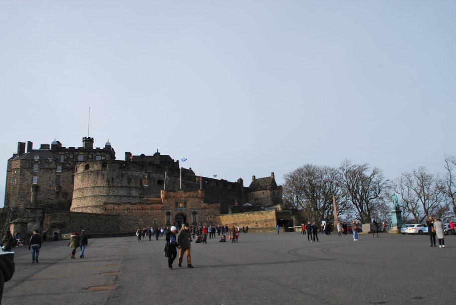 Die Geschichte des Edinburgh Castle ist super interessant! Es wurde über 20 mal erobert und noch viel öfter belagert.