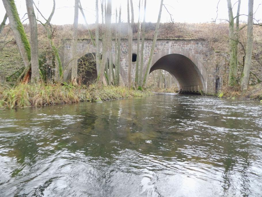 Eisenbahnbrücke etwa 7 km vor der Mündung in die Gwda