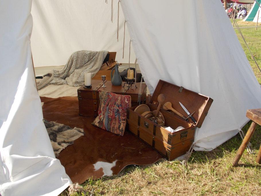 Intérieur d'une tente médiévale - photo Brigitte PLESSIX