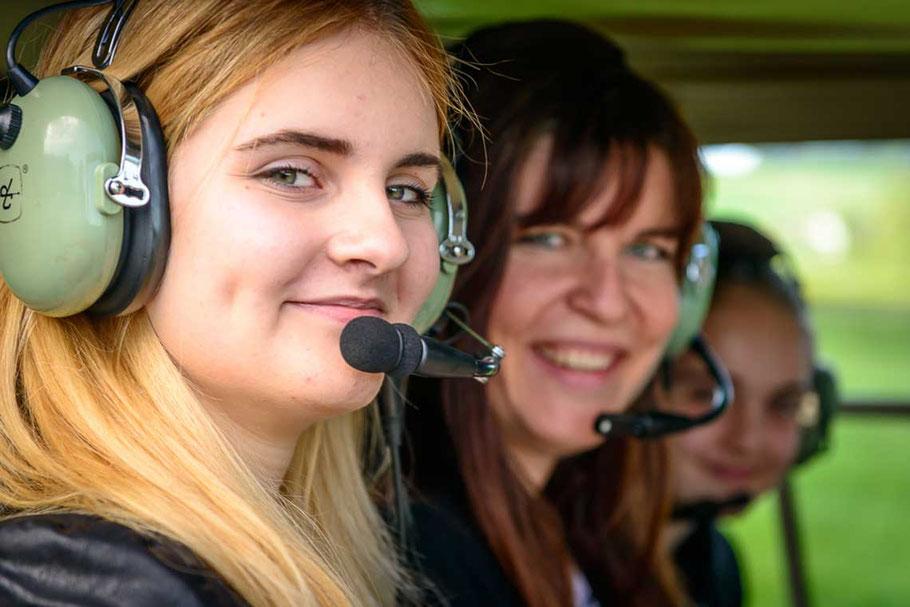 Begeisterte Fluggäste bei Helikopterflug