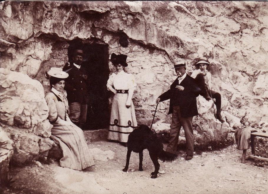 M. Martin (moustache blanche), sa femme (assise à gauche) à l'entrée de la grotte de Thouzon - 1902 (Arch. Chabot-Péron)