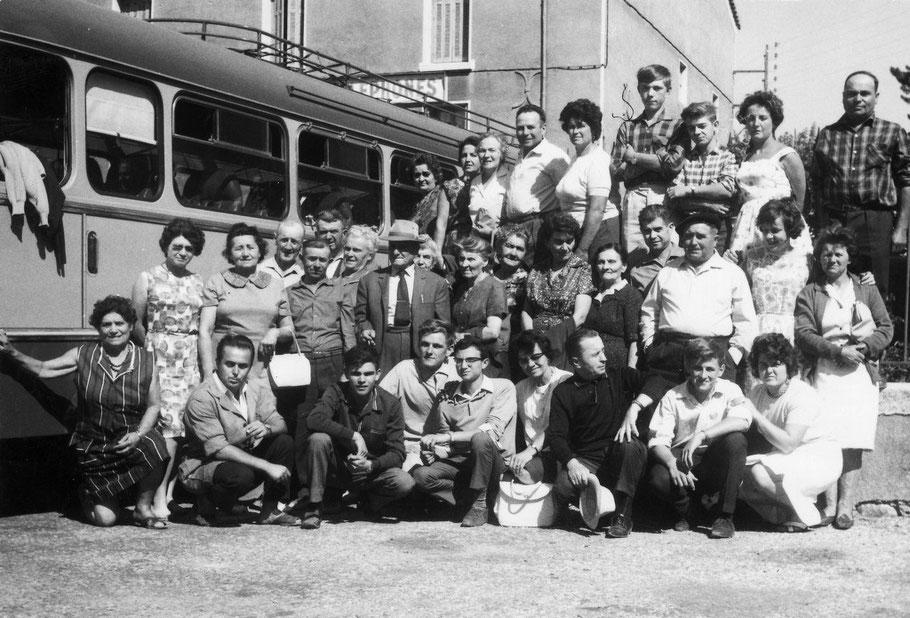 M. Mauric, cafetier du hameau, organisait des excursions en car (vers 1960) (Arch. Chabot-Péron)