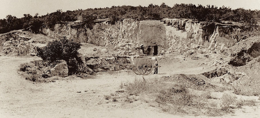 L'entrée de la grotte dans la carrière peu après sa découverte (1902)