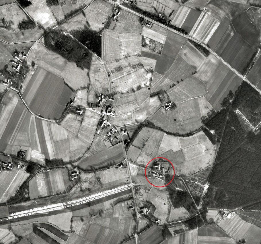 Unser Stammhof in Hurrel, Gemeinde Hude (Oldenburg), Die Bau wird durch den Weg geteilt.