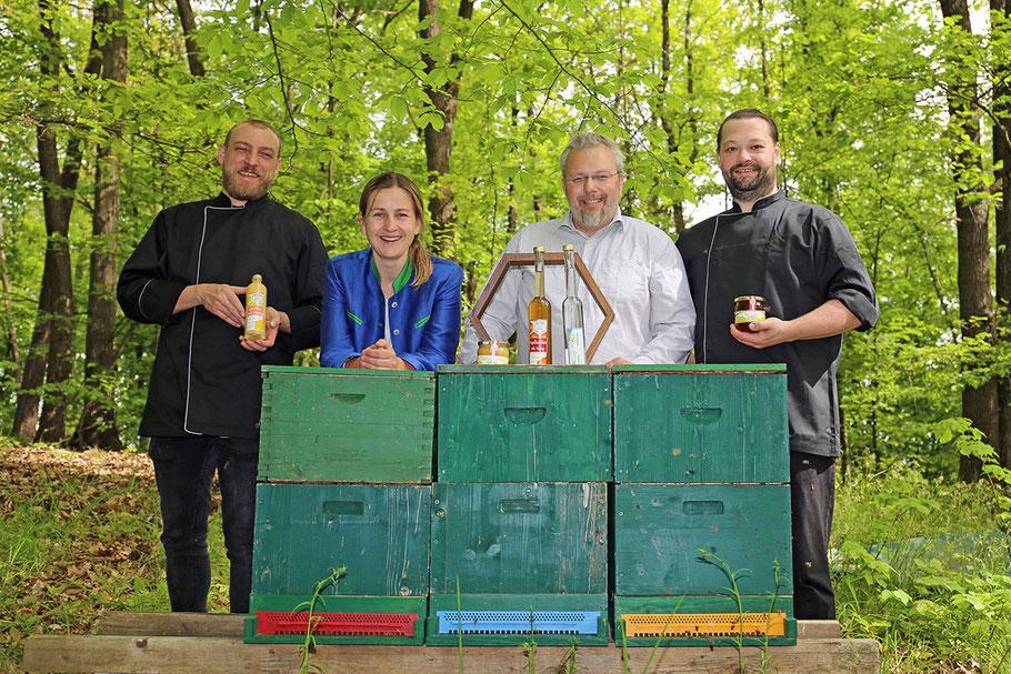 Die hauseigenen Bienen spielen eine wichtige Rolle: Günther Trimmel, Verena und Thomas Hagelkruys und Markus Wachter (v. l.)