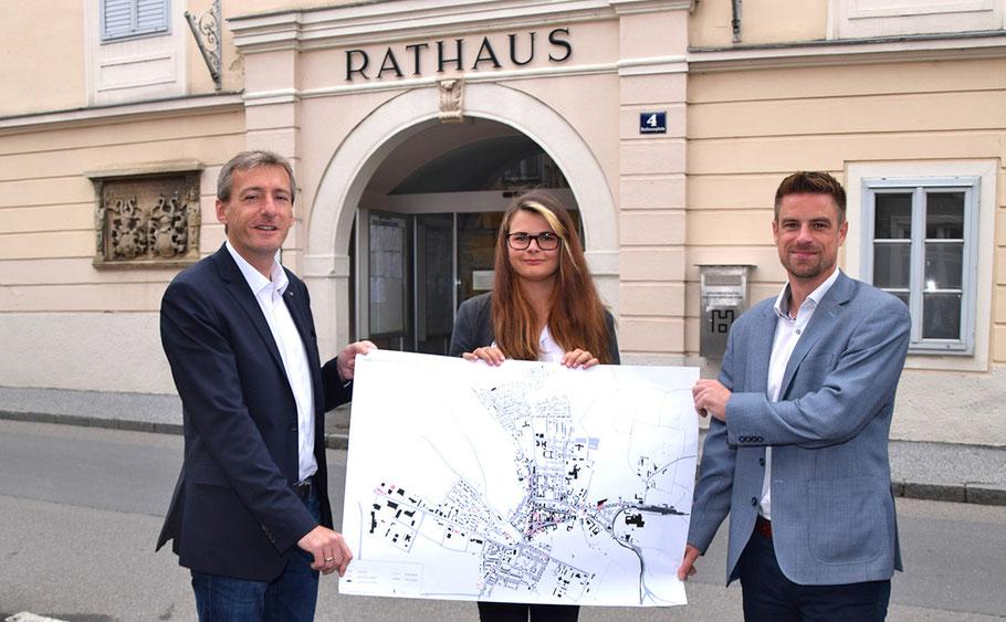 Bgm. LAbg. Jürgen Maier (li.), StR Reinhard Litschauer und Ferialpraktikantin Claudia Hummel zeigen den neuen Leerstandsplan von Horn.