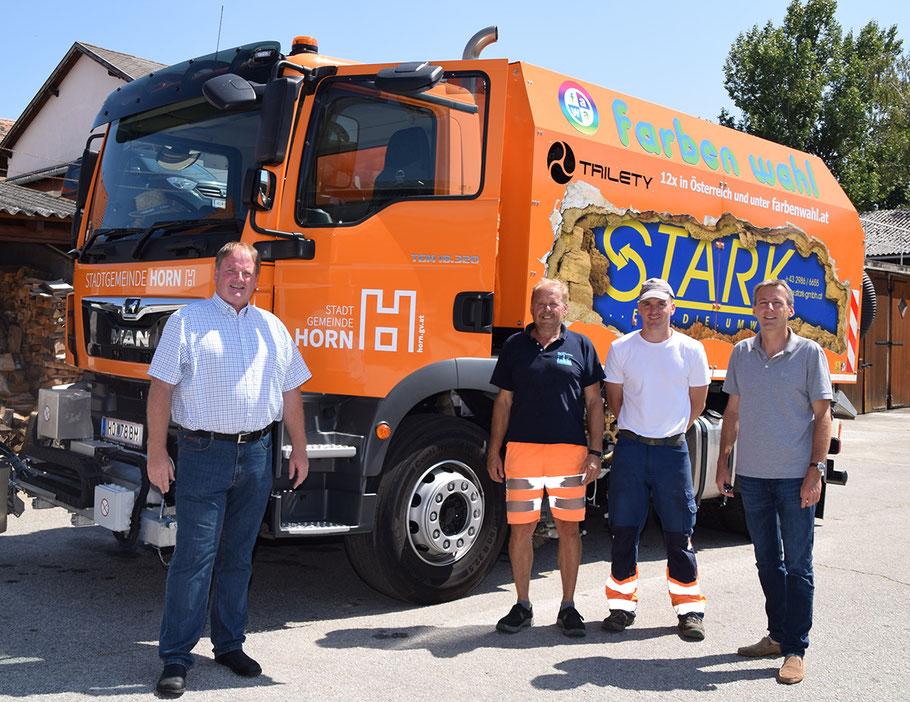 Baustadtrat Manfred Daniel, die beiden Kehrmaschinen-Lenker Alois Hochleitner und Christian Patzl sowie Bürgermeister LAbg. Jürgen Maier sind mit der neuen Straßenkehrmaschine sehr zufrieden.