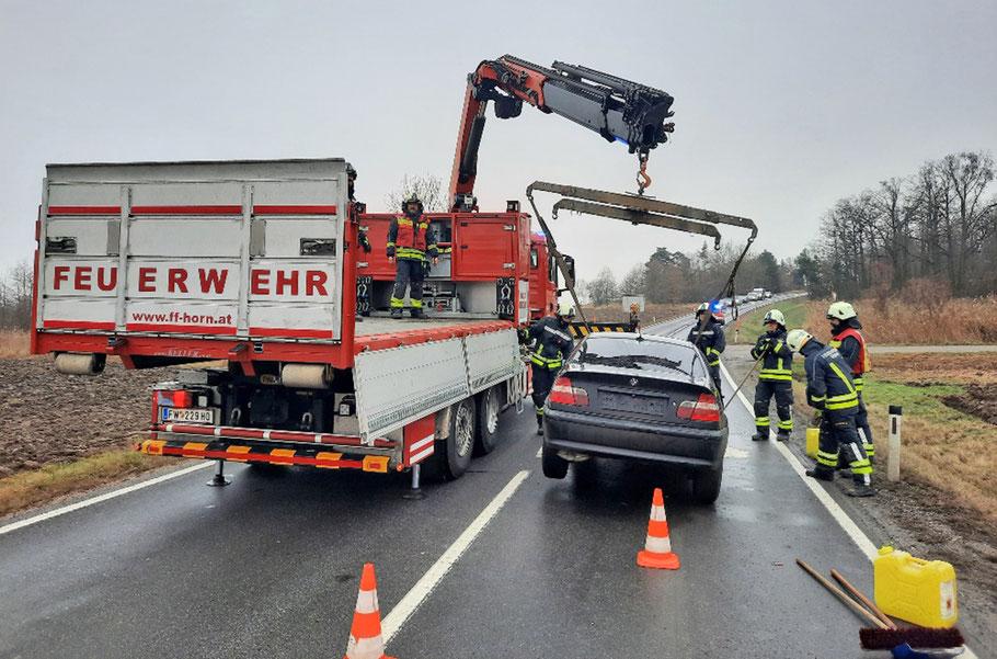 Die schwer beschädigten Fahrzeuge wurden von der FF Horn geborgen und abtransportiert. Bild: © FF Horn