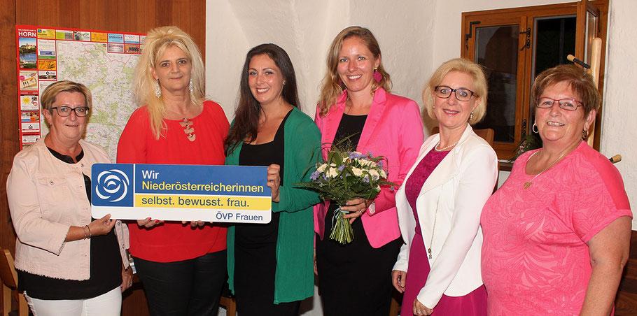 Gratulation an das neue Bezirksteam der ÖVP-Frauen von LGF Dorothea Renner (li.): Hilde Juricka, Cornelia Weiß, Bezirksleiterin Gabi Kernstock, Sabine Englmaier und Herma Kloiber (v. li.).