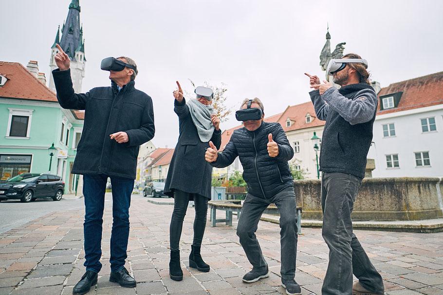 Bgm. Jürgen Maier, Claudia Wieland (Kunsthaus Horn), Kulturstadtrat Martin Seidl, Fotograf Sebastian Wegerbauer mit der VR-Brille