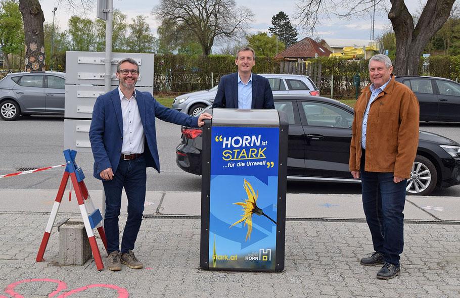 "Geschäftsführer Reinhard Stark, LAbg. Bürgermeister Jürgen Maier und Umweltstadtrat Wolfgang Welser beim ""Bigbelly Solar"" vor der Volksschule."