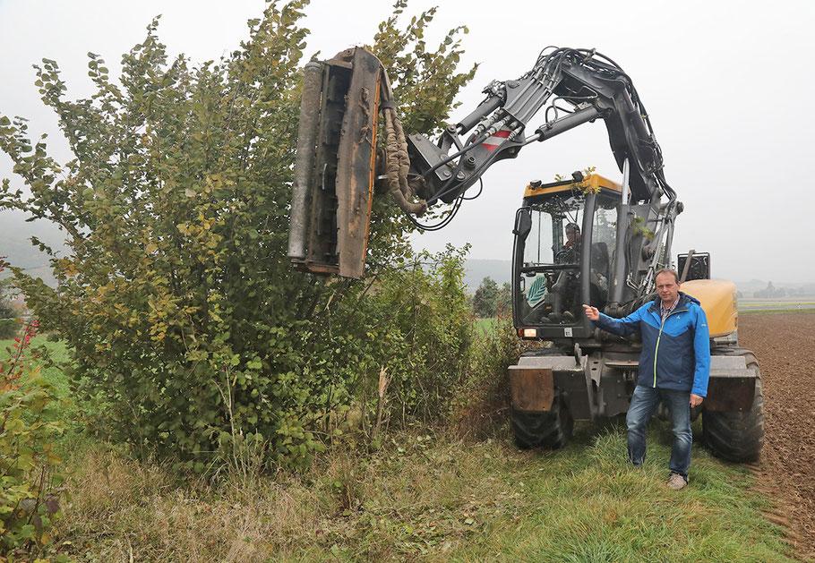 Feldwege im ganzen Gemeindegebiet wurden im Rahmen dieser Aktion freigeschnitten - hier Landwirtschaftsausschuss-Vorsitzender GR Robert Lochner beim Lokalaugenschein.