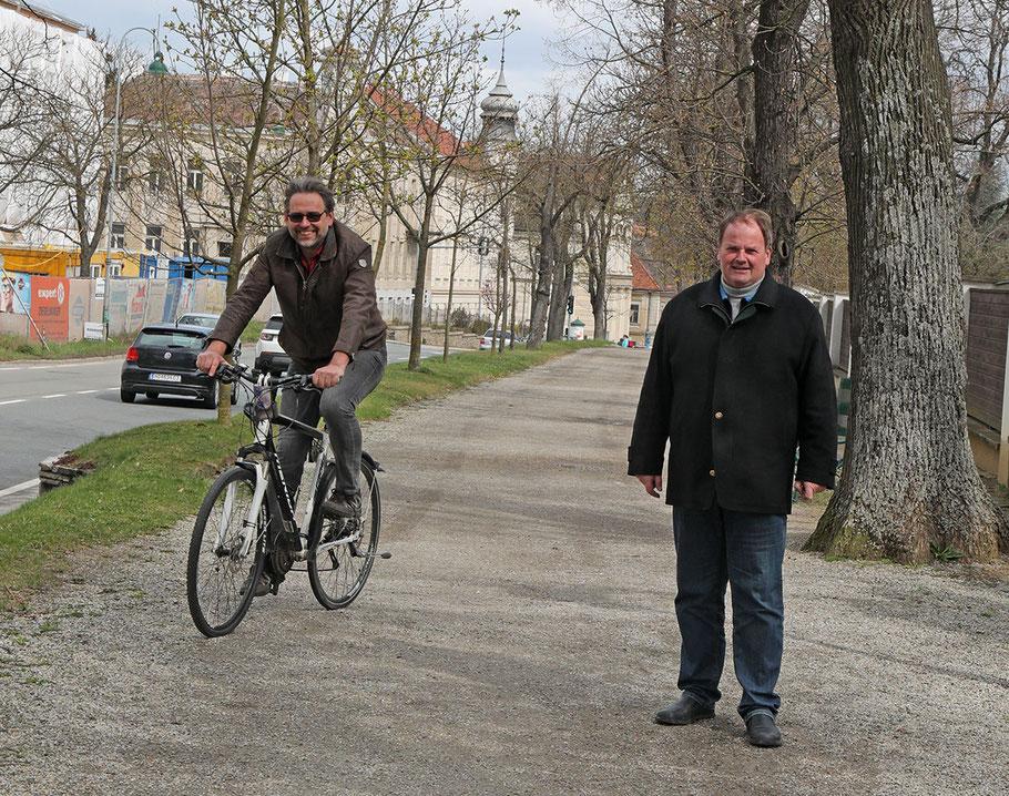 Breit genug: Fahrradfahrer und Fußgänger haben in der Allee in der Robert-Hamerling-Straße nebeneinander Platz wie GR Paul Klinger (am Rad) und Stadtrat Manfred Daniel zeigen.