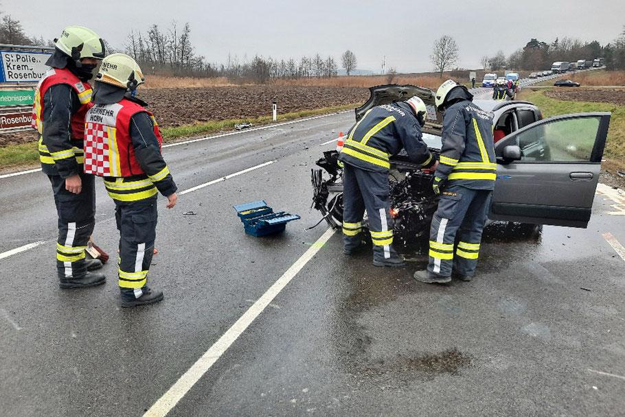Die Fahrzeugbergung an der Unfallstelle erfolgte durch die FF Horn. Bild: © FF Horn
