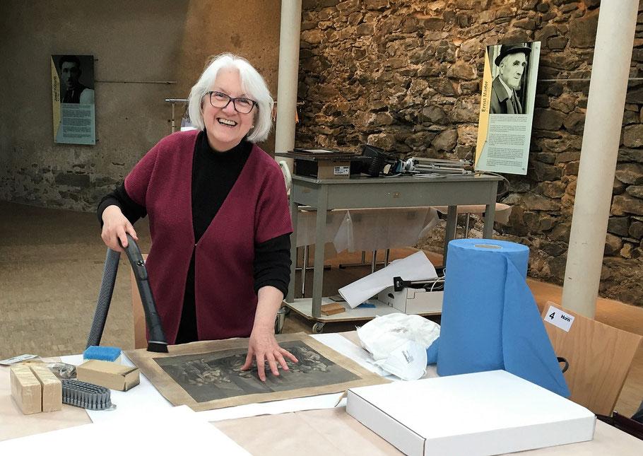 Helga Feyrer bei der Bilderreinigung / Bild: zVg/Museum Horn