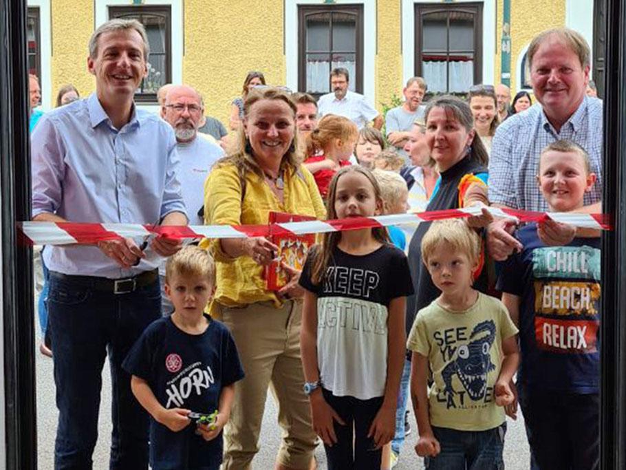 """Bgm. Jürgen Maier und die Stadträte Maria van Dyck, Michaela Widhalm  und Manfred Daniel (v. li.) eröffneten mit Kindern die """"Bücher-Tankstelle""""."""