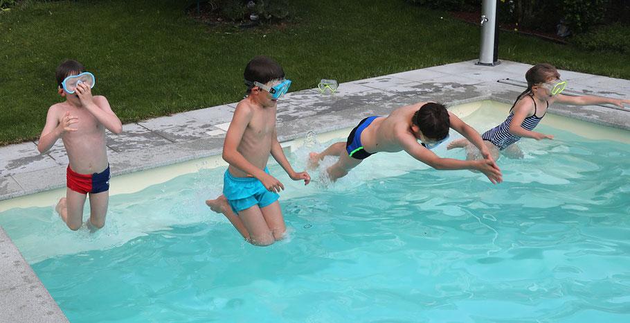 ... man mehr als einmal in den Pool springen kann.