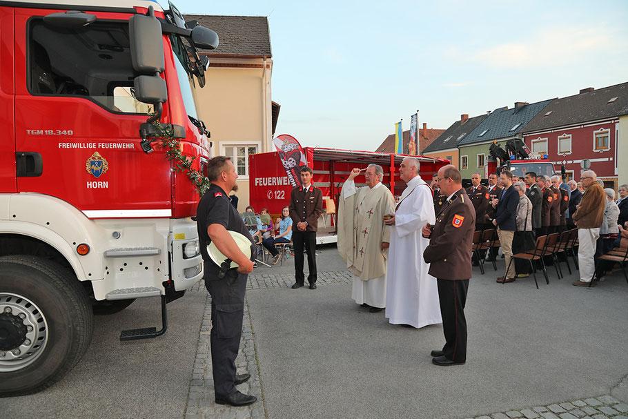 Segnung des Hilfeleistungslöschfahrzeuges 3 am 5. Mai 2018 durch Feuerwehrkurat P. Josef Grünstäudl / Archivbild © Josef Pfleger