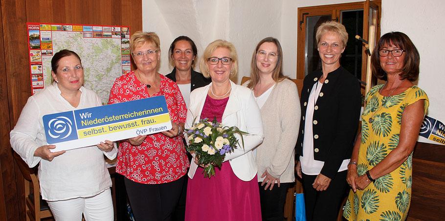 Die neue Leiterin der ÖVP-Frauen in Horn, Sabine Englmaier (M.), flankiert von Martha Welser-Plessl, Gerda Erdner, Andrea Dundler (v. li.), sowie Maria Köller, Belinda Kalab und Claudia Vogler-Zach (v. r.e)