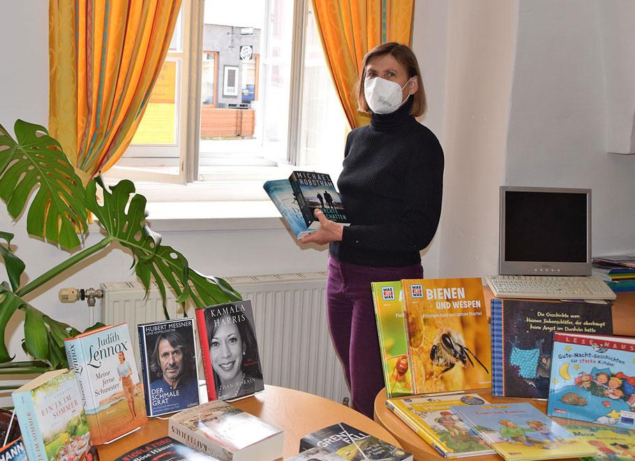 """Michaela Seitl, Leiterin der Stadtbücherei, in """"ihrem Reich"""".                                      Bild: Stadtgemeinde Horn/Welser"""
