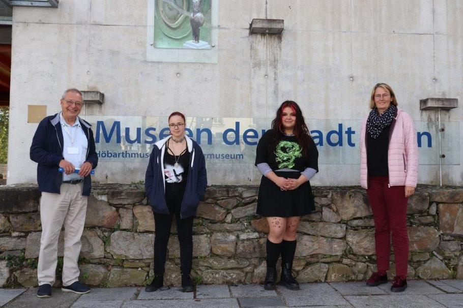 Coronabedingt mit großem Abstand vor dem Museum: Wolfgang Andraschek, die Schülerinnen Felina Stöhr und Marie Fast, 1. HLWB, sowie Lehrerin Agnes Wagner