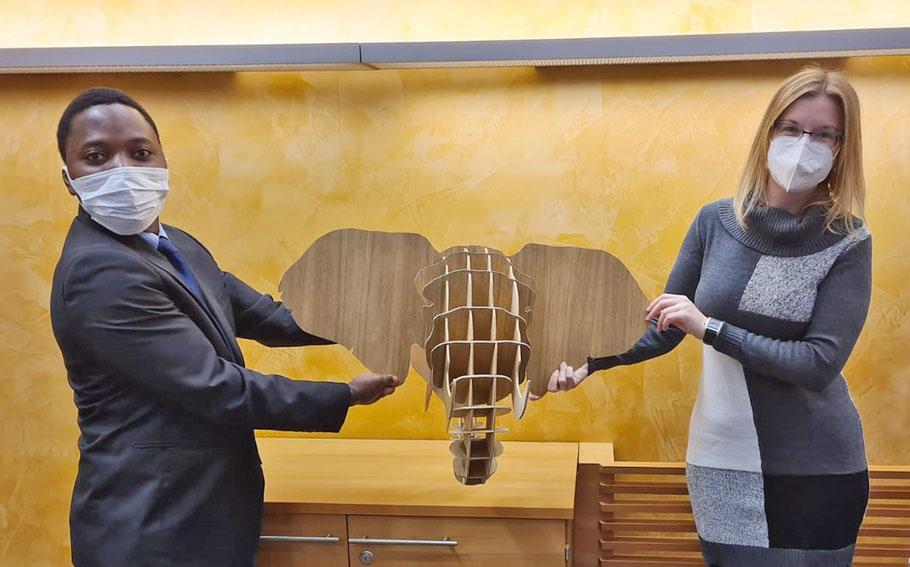 Sandra Stefal holte den Sperrholz-Elefanten für den neuen Besitzer bei Salif Nikiema ab.