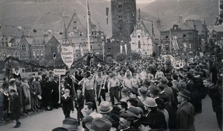 Winzerfest in Bernkastel im Jahre 1937 unter Hakenkreuzfahnen